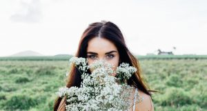 woman-natural-evohe-flowers-simple